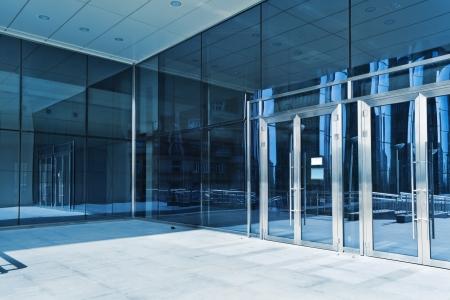 Photo pour Closed doors of the entrance in modern business center - image libre de droit