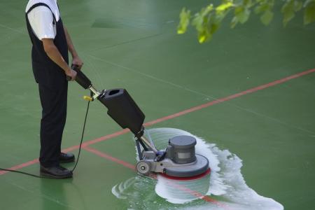 Photo pour cleaning floor with machine - image libre de droit