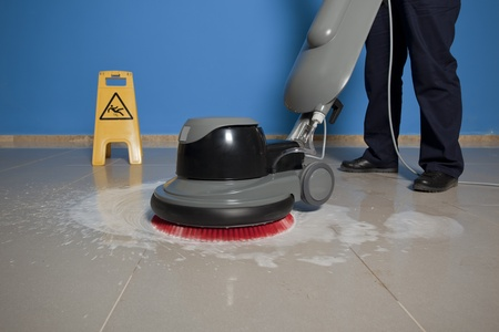 Photo pour cleaning floor with machine - image libre de droit