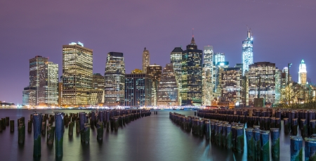Photo pour Lower Manhattan skyline from across the East River in New York City. - image libre de droit