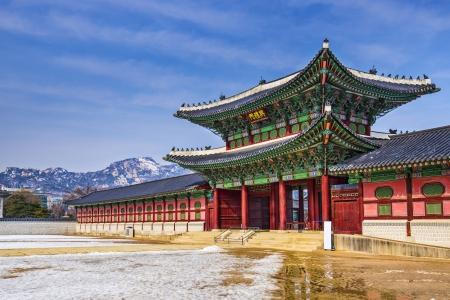 Photo pour Gyeongbokgung Palace grounds in Seoul, South Korea. - image libre de droit