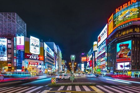 Photo pour SAPPORO, JAPAN - OCTOBER 17, 2012: Traffic passes through the Susukino District. Susukino is one of the three major red-light districts within Japan. - image libre de droit
