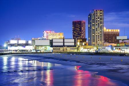 Foto de Atlantic City, New Jersey, USA resort casinos cityscape on the shore at night. - Imagen libre de derechos