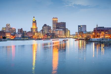 Foto de Providence, Rhode Island, USA city skyline on the Providence River at twilight. - Imagen libre de derechos