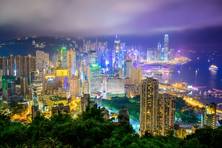 Photo pour Hong Kong, China city skyline at night. - image libre de droit