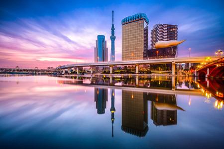 Foto de Tokyo, Japan skyline on the Sumida River at dawn. - Imagen libre de derechos