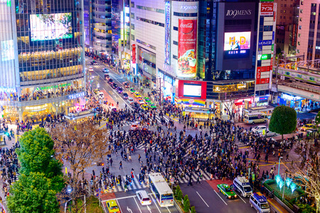 Photo pour TOKYO, JAPAN - DECEMBER 23, 2012: Pedestrians cross at Shibuya Crossing. It is one of the world's most famous scramble crosswalks. - image libre de droit