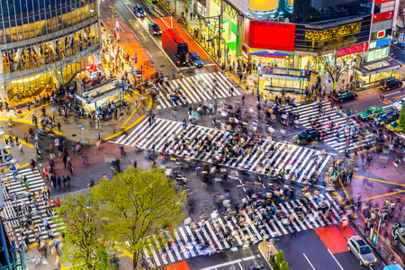 Foto de Tokyo, Japan view of Shibuya Crossing, one of the busiest crosswalks in the world. - Imagen libre de derechos