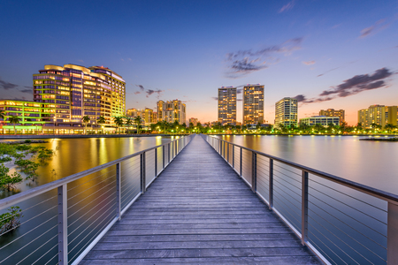 Photo pour West Palm Beach, Florida, USA downtown skyline on the intracoastal waterway. - image libre de droit