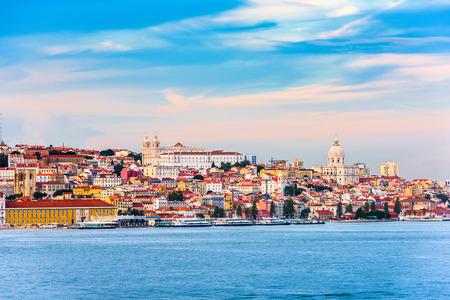 Foto de Lisbon, Portugal skyline on the Tagus River. - Imagen libre de derechos