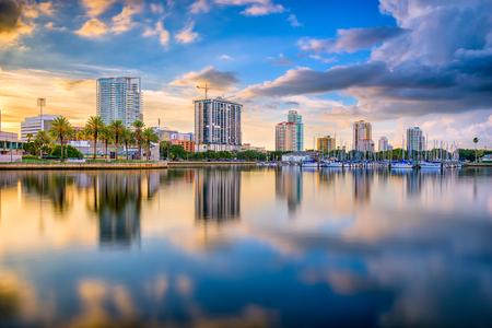 Foto de St. Petersburg, Florida, USA downtown city skyline on the bay. - Imagen libre de derechos