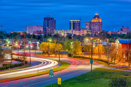 Photo pour Greensboro, North Carolina, USA downtown skyline and highways. - image libre de droit