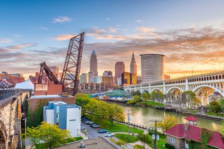 Photo pour Cleveland, Ohio, USA skyline on the river. - image libre de droit