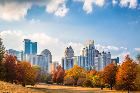 Foto de Atlanta, Georgia, USA midtown skyline from Piedmont Park in autumn. - Imagen libre de derechos