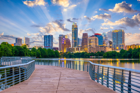 Photo pour Austin, Texas, USA downtown skyline over the Colorado River. - image libre de droit