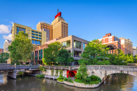 Photo pour San Antonio, Texas, USA downtown skyline on the river walk. - image libre de droit