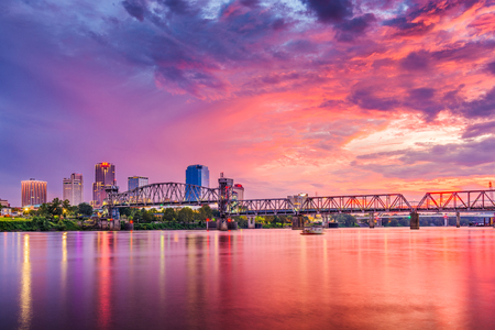Foto de Little Rock, Arkansas, USA downtown skyline on the Arkansas River. - Imagen libre de derechos