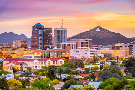 Photo pour Tucson, Arizona, USA downtown skyline with Sentinel Peak at dusk. (Mountaintop A  for Arizona) - image libre de droit