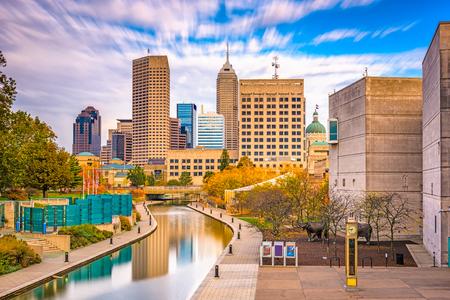 Foto de Indianapolis, Indiana, USA downtown skyline over the river walk. - Imagen libre de derechos