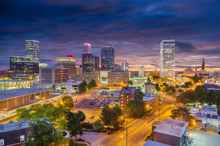 Photo pour Tulsa, Oklahoma, USA downtown city skyline at twilight. - image libre de droit