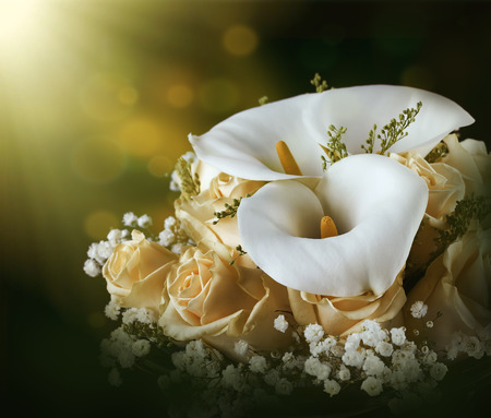 Photo pour Bouquet for the bride of yellow roses and white calla lilies, floral background. - image libre de droit