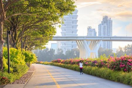 Photo pour Jogger at Marina Bay East park at sunset - image libre de droit