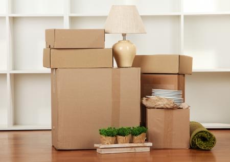 Foto de Moving boxes in empty room - Imagen libre de derechos