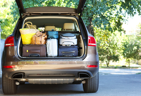 Photo pour Suitcases and bags in trunk of car ready to depart for holidays - image libre de droit