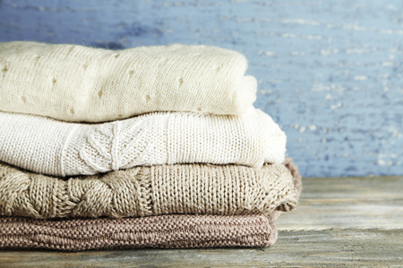 Photo pour Knitting clothes on wooden background - image libre de droit