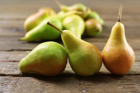 Photo pour Ripe pears on wooden table close up - image libre de droit