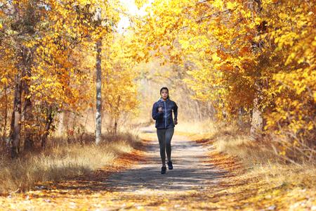 Photo pour Young beautiful woman jogging in autumn park - image libre de droit