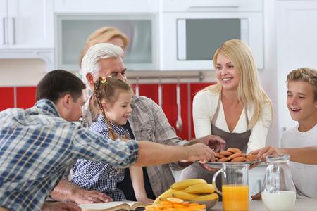 Photo pour Happy large family on kitchen - image libre de droit
