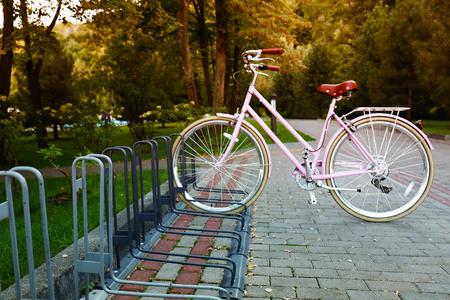 Foto de Bicycle at parking place outside - Imagen libre de derechos