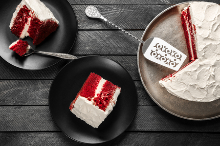 Photo pour Sliced delicious red velvet cake on table - image libre de droit