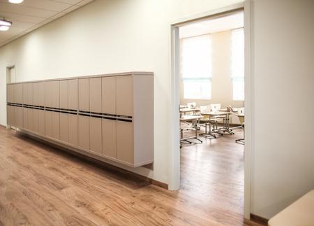 Foto de Lockers in empty school hallway - Imagen libre de derechos