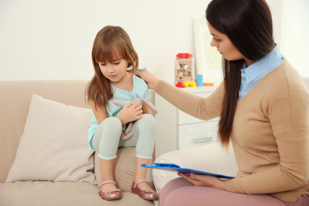Foto de Young child psychologist working with little girl - Imagen libre de derechos