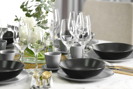 Photo pour Table setting for dinner in restaurant - image libre de droit