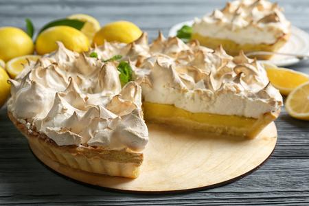 Foto de Yummy lemon meringue pie on wooden table - Imagen libre de derechos
