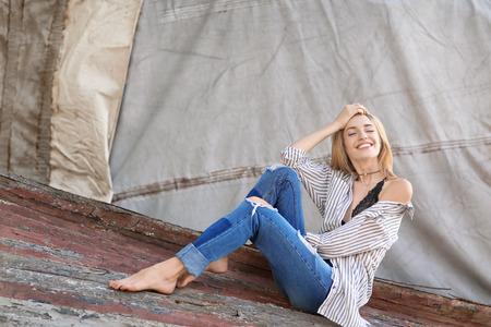 Foto de Fashionable young woman outdoors - Imagen libre de derechos