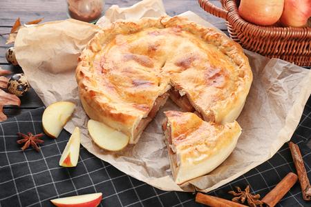 Foto de Freshly baked apple pie on table - Imagen libre de derechos