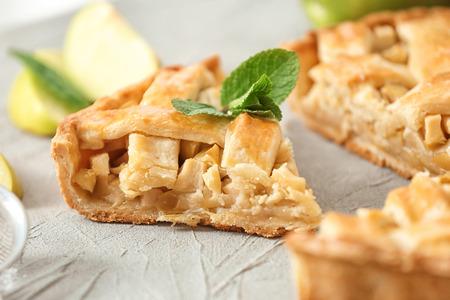Foto de Tasty homemade apple pie on table, closeup - Imagen libre de derechos