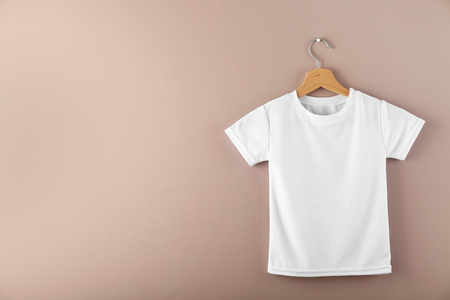 Photo pour Hanger with blank white t-shirt on color background - image libre de droit