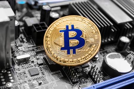 Photo pour Golden bitcoin on PC circuit board - image libre de droit