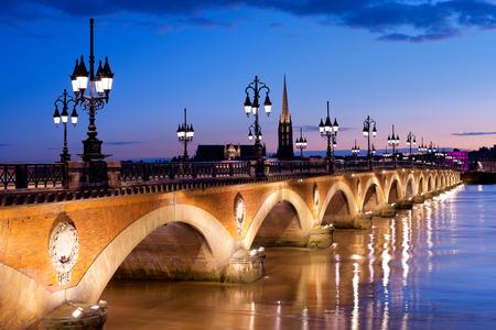 Photo pour Night view on The Pont de pierre in Bordeaux - image libre de droit
