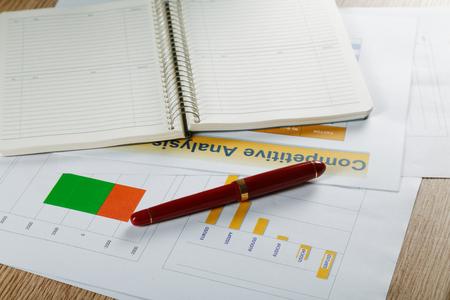 Foto de Business still life with a fountain pen and official papers - Imagen libre de derechos