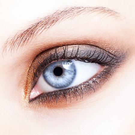 Foto de Close-up shot of female eye make-up in smoky eyes style - Imagen libre de derechos