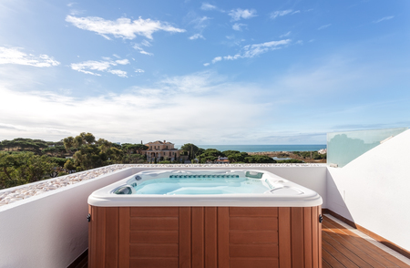 Photo pour Jacuzzi suite for relaxation on roof. With sea views. - image libre de droit