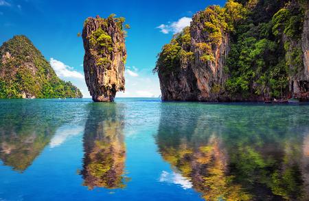 Foto de Beautiful nature of Thailand. James Bond island reflects in water near Phuket - Imagen libre de derechos