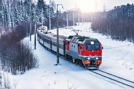 Foto per Passenger train approaches to the station at cold winter morning time. Fryazevo. Moscow region. Russia. - Immagine Royalty Free