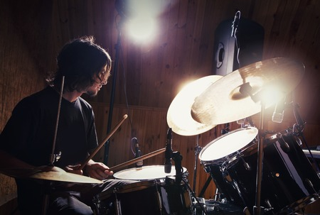 Photo pour drummer playing his kit - image libre de droit